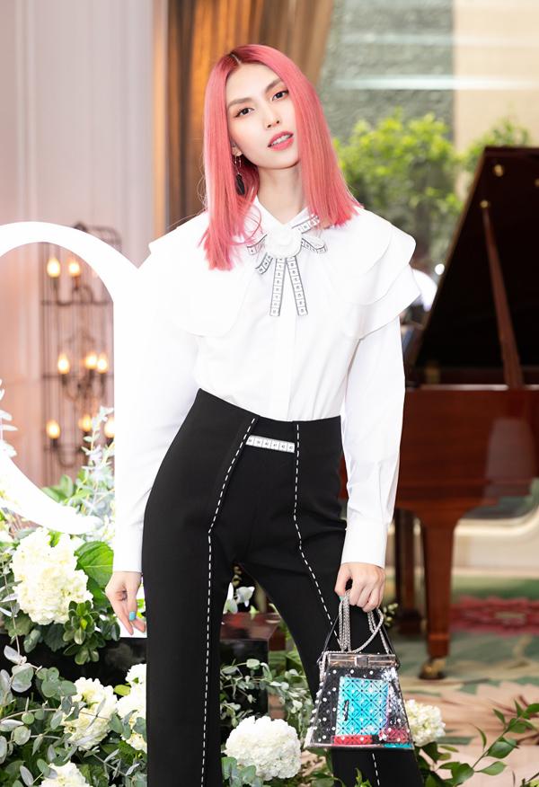 Thùy Dương Next Top nổi bật với mái tóc nhuộm hồng cá tính. Cô chuộng phong cách thời trang thanh lịch, năng động.