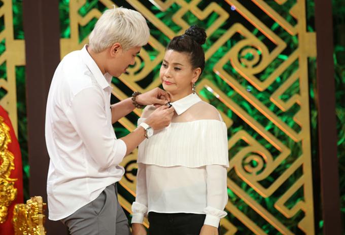 Nam diễn viên chỉnh sửa trang phục, lau mascara bị lem cho bà xã trong hậu trường chương trình Thiên đường ẩm thực, tháng 8/2017.