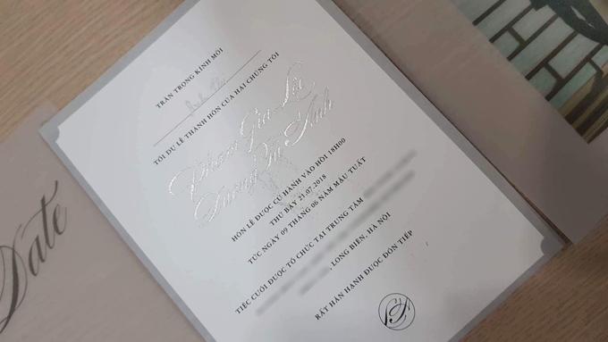 Thiệp cưới của Tú Anh được sử dụng phông chữ thư pháp với đường nét mềm mại, sử dụng tông màu trắng, đen và ghi tạo sự sang trọng, lịch thiệp.