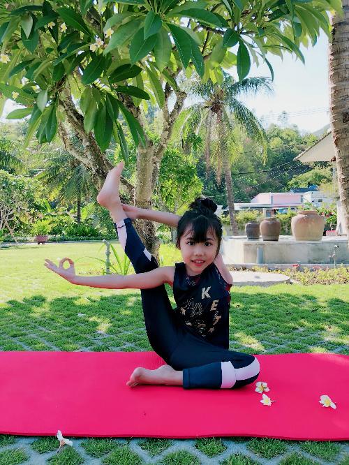 Trẻ con thường cả thèm chóng chán nên theo kinh nghiệm của mình, chị Như Hồng cho rằng việc chuẩn bị cho con tinh thần thoải mái kiểu vừa tập vừa chơi, không gây áp lực căng thẳng là bí quyết để bé kiên trì với yoga. Đối với trẻ con phải cho con có đam mê con mới làm, mẹ bé Khánh An khẳng định.