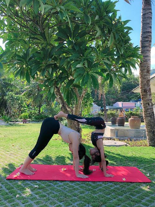 Trước đây, Khánh An từng có một thời gian học nhảy nên đó cũng là nền tảng để giúp cô bé mới làm quen với yoga được 2 tháng nhưng đã thực hiện được nhiều động tác khó.