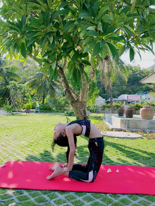 Khánh An là cô bé năng động, hướng ngoại, chị Như Hồng mong muốn việc tập yoga sẽ giúp bé điềm đạmvà chín chắn hơn. Tuy nhiên, theo bà mẹ Sài Gòn, việc chuyển biến về tính cách này cần một thời gian dài.