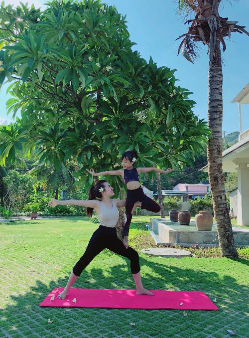 Chị Như Hồng, mẹ của người mẫu nhí Khánh An, cho biết đều đặn 5 ngày mỗi tuần, hai mẹ con chị đều dành một tiếng mỗi ngày để tập luyện. Khi cùng kết hợp trong từng động tác uyển chuyển, chị Như Hồng và con gái giống như hai người bạn, kết nối về cả thể chất lẫn tinh thần.