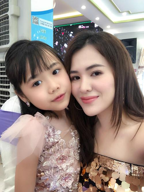 Từng giành giải trong cuộc thi Prince & Princess International ở Phuket, Thái Lan, cô bé Lê Khánh An hiện là người mẫu nhí thường xuyên góp mặt trên các sân khấu thời trang ở TP HCM. 7 tuổi, Khánh An ý thức rõ về việc tập luyện thể chất để tăng cường sức khỏe và đẹp hơn sau này. Một trong những đam mêhiện tại của cô bé là tập yoga mỗi ngày cùng mẹ.