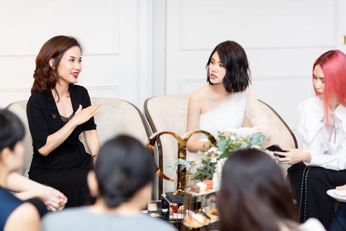 Jolie Nguyễn chăm chú lắng nghe các khách mời khác chia sẻ sở thích làm đẹp và gu thời trang.
