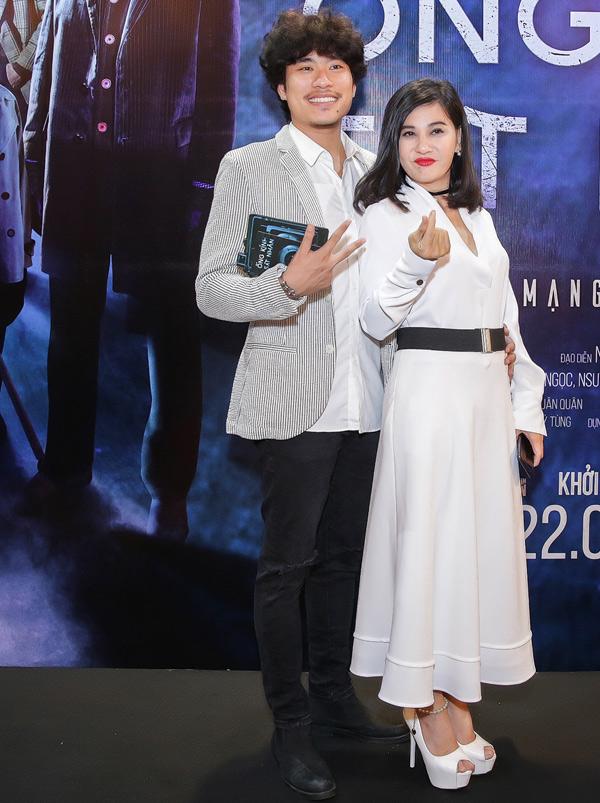 Cặp đôi lệch tuổi mặc ton-sur-ton trắng cùng nhau đi xem phim Ống kính sát nhân tại TP HCM, hôm 20/6.