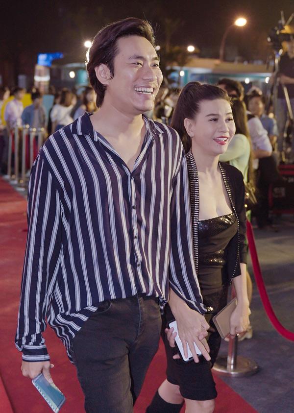 Bị đồn đã chia tay nhưng hôm 30/8, Kiều Minh Tuấn và Cát Phượng vẫn tay trong tay hạnh phúc dự ra mắt phim Hoán đổi.