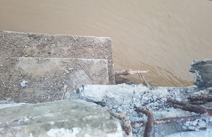 Nhiều thành dầm ở cầu La Hán bị đẩy về hạ lưu, trượt khỏi mố.