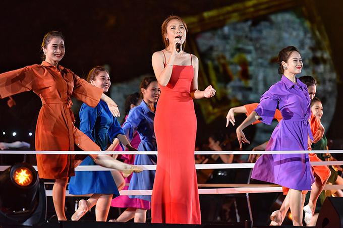 Tối 13/9, Mỹ Tâm là ca sĩ khách mời của đại nhạc hội Sống kỷ niệm 30 năm thành lập Tập đoàn FPT tại Hoàng thành Thăng Long (Hà Nội).