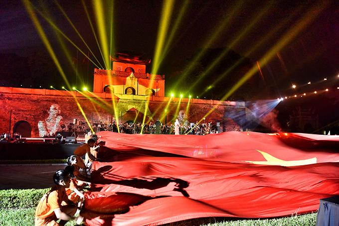 Trong đêm nhạc tối qua, Mỹ Tâm thể hiện hai ca khúc Rực rỡ tháng năm vàNiềm tin chiến thắng. Khi nữ ca sĩ hát Niềm tin chiến thắng, một lá cờ tổ quốc rất lớn được đưa lên sân khấu.