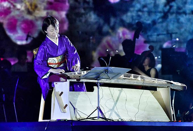 Nghệ sĩ Yoko Nishi biểu diễn màn đơn tấu 2 bài dân ca Nhật Bản - Việt Nam gồm Giai điệu Sakura và Se chỉ luồn kim.