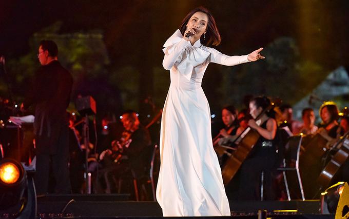 Phan Lê Ái Phương khoe giọng với ca khúc Hello Việt Nam với phần đệm đàn do dàn nhạc giao hưởng Việt Nam thể hiện và Lê Phi Phi làm nhạc trưởng.
