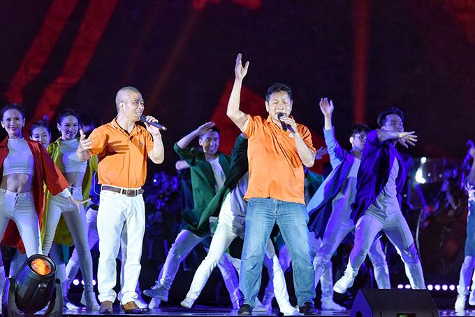 Ông Trương Gia Bình, Chủ tịch Hội đồng Quản trị Tập đoàn FPT và nhạc sĩ Trương Quý Hải kết thúc chương trình bằng bài hátTre nứa vượt đại dương.
