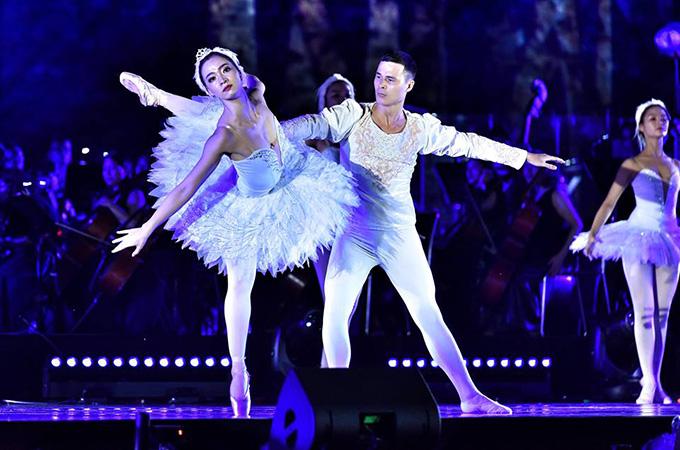Các nghệ sĩ của Nhà hát Nhạc Vũ kịch Việt Nam diễn vở ballet Hồ thiên ngatrên nền nhạc của nhạc sĩ Tchaikovsky. Biên đạo Trần Ly Ly là đạo diễn cho các màn múa trong chương trình.