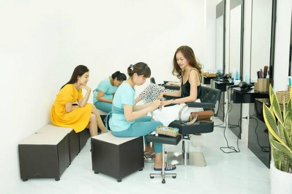 Hoa hậuSiêu quốc gia Việt Nam 2018 Ngọc Châu sửa móng trên tầng 4 củaHD Korea Beauty Center Nha Trang.