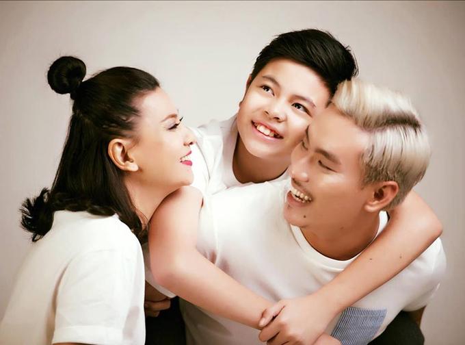 Bé Bom - con riêng của Cát Phượng - luôn ủng hộ mẹ kết hôn với Kiều Minh Tuấn. Ba người chung sống như một gia đình 10 năm nay.