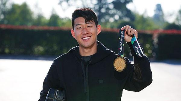 Son Heung-min khoe HC vàng Asiad khi trở lại tập trung cùng Tottenham. Ảnh: TS.
