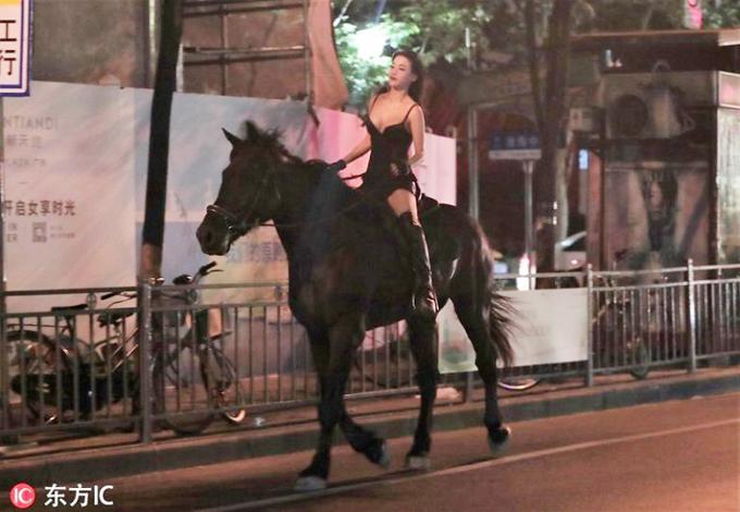 Cô gái 26 tuổi (giấu tên) cưỡi ngựa trên đường phố Thượng Hải lúc 23h ngày 11/9. Ảnh: Sohu.