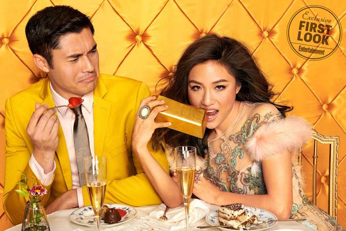 Henry Golding chụp chung với Constence Wu trong bộ ảnh quảng bá phim Crazy Rich Asians trên trang Entertaiment Weekly.