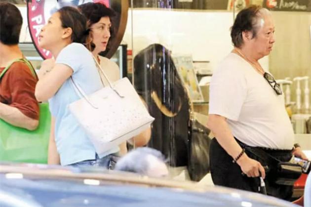Vợ chồng Hồng Kim Bảo đi mua sắm hôm thứ năm vừa rồi.