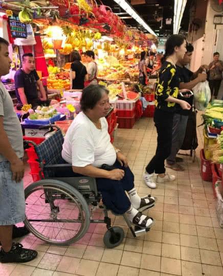 Hồng Kim Bảo trong bức ảnh chụp năm 2017, khi đó ông phải ngồi xe lăn do mổ đầu gối.