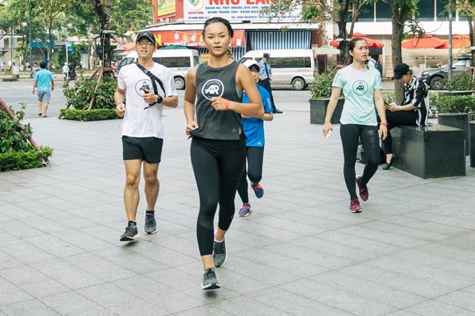Chạy bộ đường phố đòi hỏi người chạy phải có sức khỏe và sức bền thật tốt. Nhưng nhiêu đó thôi vẫn chưa đủ, Mai còn cần phải linh động di chuyển và đổi hướng tại những khúc cua hay những con đường hẹp. Đôi giày mới PureBoots Go giúp Mai thoải mái nhờ lớp đệm, mỗi bước chạy êm và nhẹ hơn, mũi giày được mở rộng để có thể dễ dàng thay đổi hướng chạy, Mai Ngô bật mí.