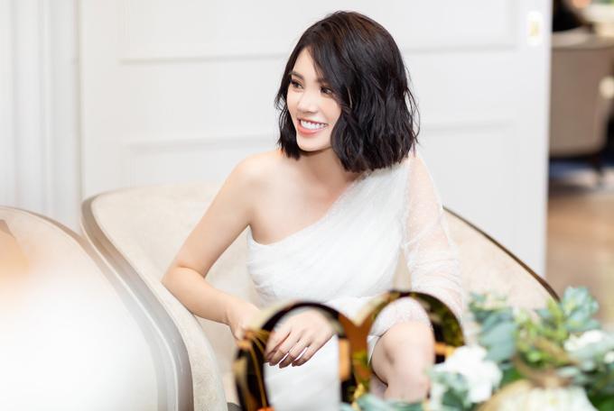 Hoa hậu tiết lộ cô có nhiều người theo đuổi nhưng chưa cảm thấy rung động trước người đàn ông nào. Sắp tới Jolie Nguyễn sẽ lên đường sang Italy dự Milan Fashion Week 2018.