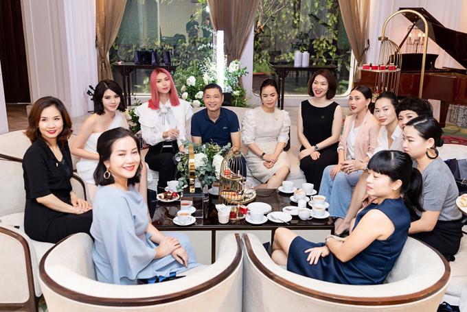 Buổi trà chiều ấm cúng còn có một số nhân vật quen thuộc trong làng thời trang TP HCM tham dự như cựu người mẫu Thanh Trúc (ngồi thứ tư từ phải qua)