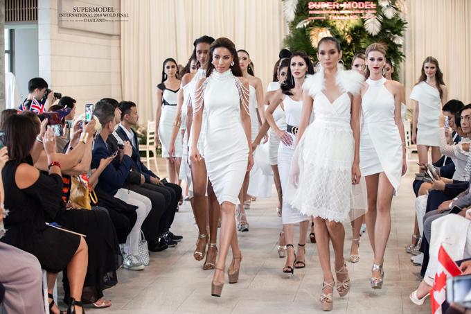 Quán quân Siêu mẫu quốc tế 2018 nổi bật khi catwalk cùng 29 thí sinh ở phần đồng diễn trang phục trong chung kết.