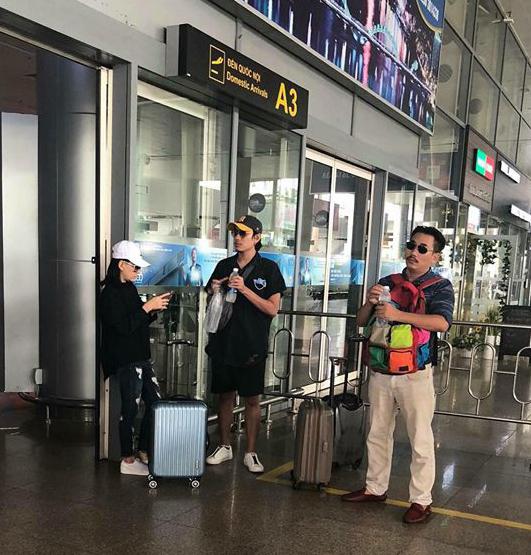 Hình ảnh Cát Phượng (trái) và Kiều Minh Tuấn (giữa) ở sân bay Đà Nẵng được một khán giả vô tình chụp được trưa 14/9.
