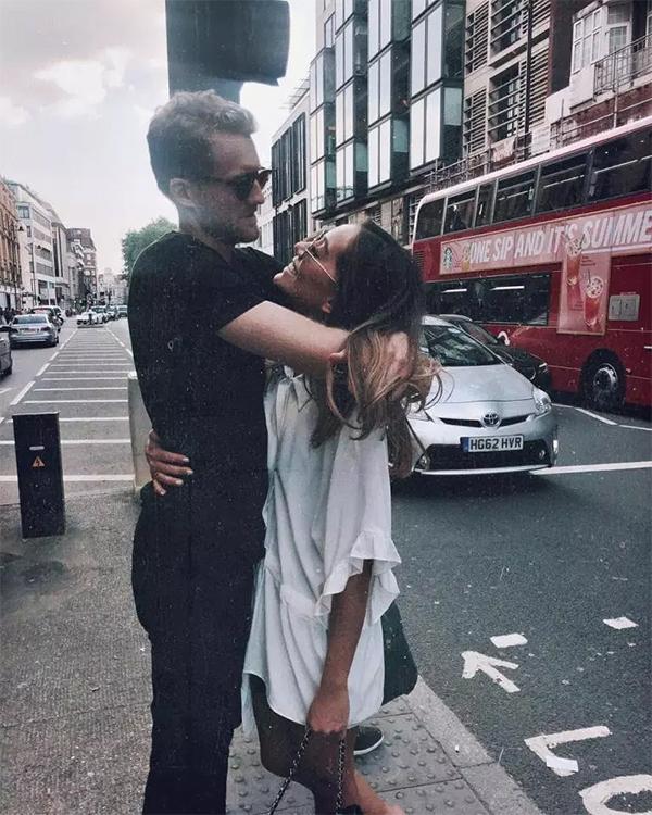 Schurrle và Anna Sharypova quen nhau tại một show thời trang ở Berlin hồi tháng 1/2017. Trước đó, tiền vệ người Đức chia tay siêu mẫuMontana Yorke vào mùa hè năm 2016 sau hai năm hẹn hò và thậm chí đã đính hôn.