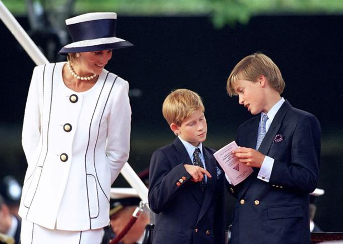 Diana và Hoàng tử William, Harry tham dự lễ kỷ niệm 50 năm Ngày chiến thắng Đức Quốc xã, 9/5/1995.