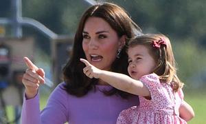 Công chúa Charlotte thần tượng và thích bắt chước mẹ