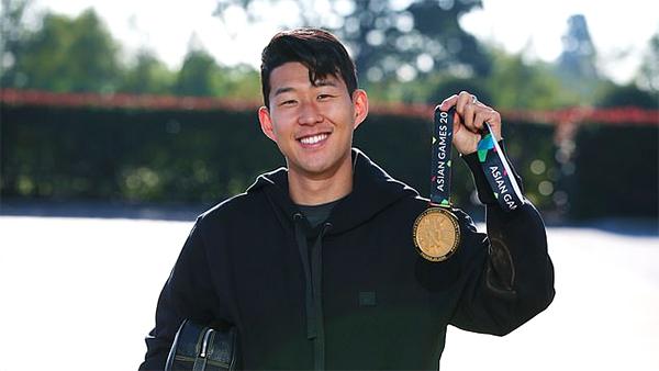 Son Heung-min khoe tấm HC vàng Asiad 2018 khi trở lại Tottenham. Ảnh: Twitter.