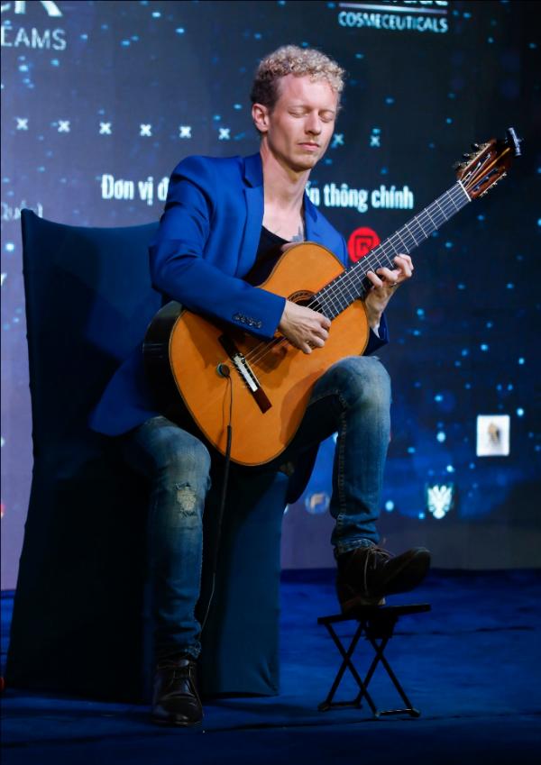 Nghệ sĩ guitar hàng đầu châu ÂuJohannes Mollervới bộ sưu tập giải thưởng âm nhạc quốc tế thật phiêu với 2 bản guitar do anh tự sáng tác