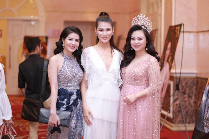 Từ phải qua trái) Nữ hoàng ngành làm đẹp  thành viên BTC: Phạm Huyền Trang - Giám đốc thương hiệu San Spa - Hoa hậu thân thiên Hoa hậu Hoàn vũ Ngọc Anh NaNa  Nữ hoàng Grand Bùi Bích Vân