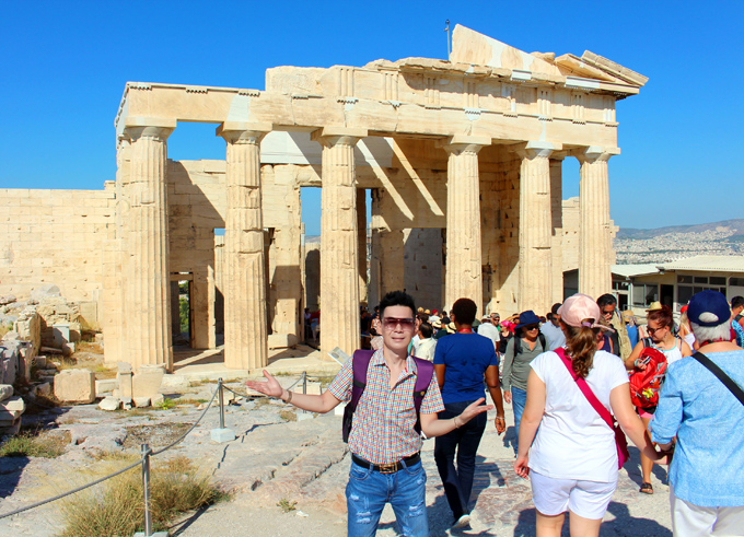 Chàng ca sĩ thăm quần thể di tích Acropolis - được xem là kiệt tác kiến trúc Hy Lạp từ thời cổ đại vẫn còn tồn tại đến ngày nay. Công trình này tọa lạc trên khu đồi cao 156m, nằm ở trung tâm của thủ đô Athens. Nơi đây gồm những ngôi đền xây bằng đá cẩm thạch, có niên đại từ hàng nghìn năm trước.