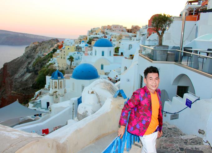 Hoàng tử đại dương không thể bỏ qua hòn đảo thiên đường Santorini - nơi rất nhiều người mơ ước được tới một lần trong đời. Đoan Trường chụp ảnh ở Làng Oia nằm ở vị trí cao nhất trên đảo Santorini. Nơi này được bình chọn là địa điểm ngắm hoàng hôn đẹp nhất thế giới. Mỗi chiều có hàng trăm du khách đổ về cuối làng để ngắm mặt trời lặn. Đoan Trường tiết lộ anh đã phải đến đây từ 4h chiều để xí chỗ ngắm hoàng hôn.