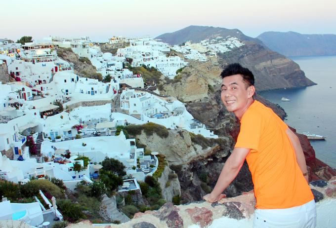 Santorini nổi tiếng với những căn nhà hai màu xanh và trắng. Theo quy định của chính phủ Hy Lạp thì những ngôi nhà ở đây chỉ được sơn với hai màu xanh và trắng, và đặc biệt chỉ có nhà thờ thì mới được sơn mái màu xanh dương. Nhưng những năm gần đây, với sự phát triển mạnh mẽ về du lịch, hòn đảo xinh đẹp này đã có thêm nhiều màu sắc hơn, nhưng cũng chỉ gam màu pastel mới được sử dụng.