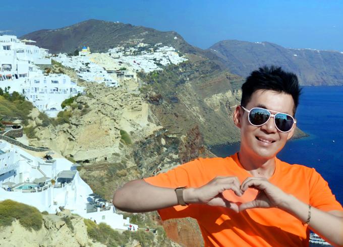 Đoan Trường chụp ảnh ở lang Fira nằm ở trung tâm đảo Santorini. Nơi này có những ngôi nhà trắng tinh khôi được xây khoét sâu vào thân núi.