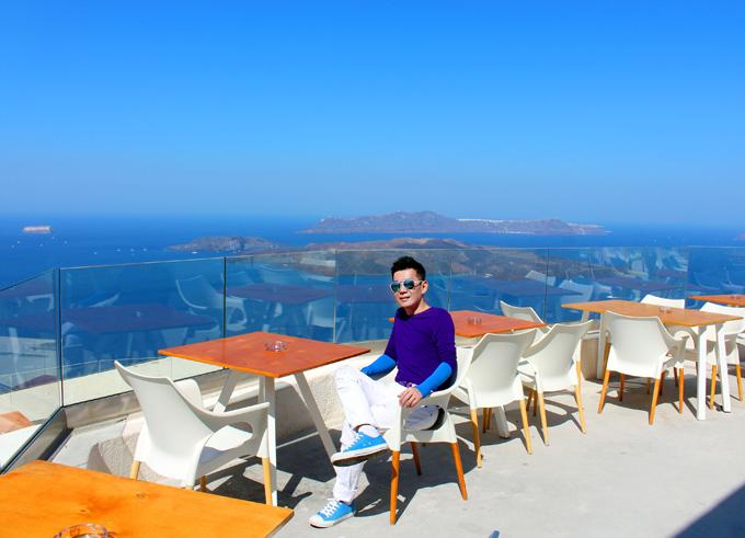 Chàng ca sĩ thảnh thơi ngồi ngắm cảnh biển Địa Trung Hải xanh ngắt, lặng sóng từ trên cao.