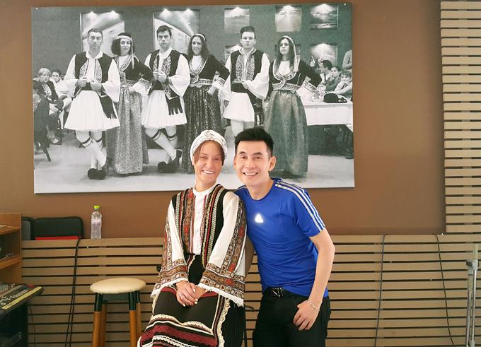 Đoan Trường xin chụp ảnh kỷ niệm cùng một phụ nữ địa phương.