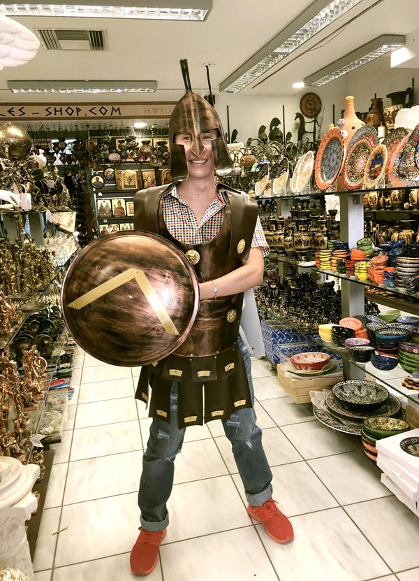 Anh có dịp thử sắm vai một võ sĩ giác đấu với áo giáp, khiên, mũ sắt nhìn rất ngầu khi vào một hiệu bán đồ lưu niệm.