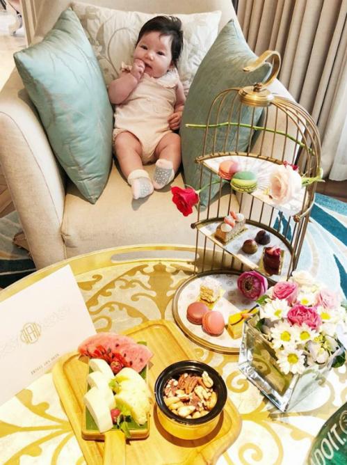 Con gái Hà Anh ngồi gặm tay, ngắm bàn ăn đủ các món ngon.