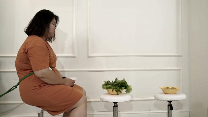 Ăn kiêng: không phải chỉ thời xưa,đến tận bây giờ nhiều chị em vẫn áp dụng việc ăn kiêng để giảm cân. Có nhiềuchế độ ăn kiêng khác nhau,nhưng dù cách nào đi nữavẫn khó khăn để những người béo bóp mồm bóp miệng, trong khi trước đó có thói quen ăn tất cả những gì mình thích.