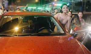 'My Sói' Thu Quỳnh tự lái xế hộp mới mua đi event