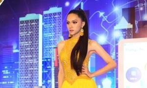 Hoa hậu Hương Giang đi sự kiện trễ gần 1 tiếng rưỡi