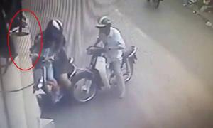 Cặp vợ chồng dàn cảnh va chạm giao thông móc túi người đi đường