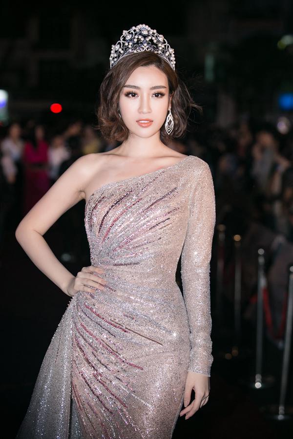 Hoa hậu Mỹ Linh quyến rũ trong bộ váy ánh kim lệch vai. Cô khá hồi hộp khi tới trao lại vương miện cho người kế nhiệm.