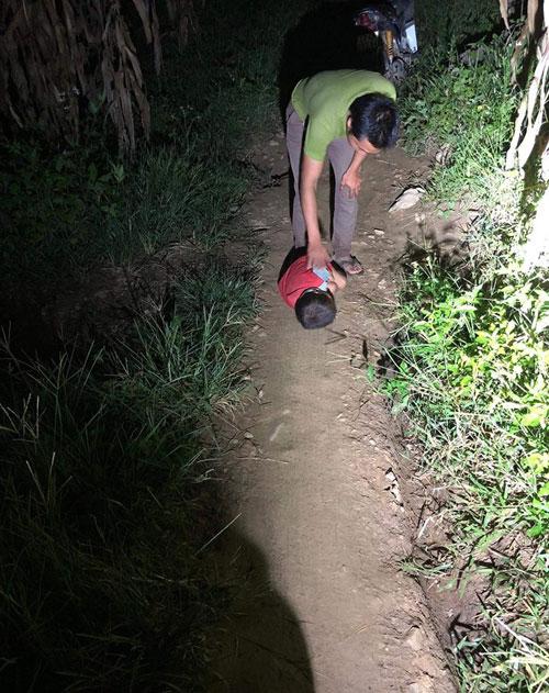 Bé Hùng nằm co ro trong đêm lạnh khi được phát hiện tối 10/9. Ảnh: Doi Hoi Thay Ten.
